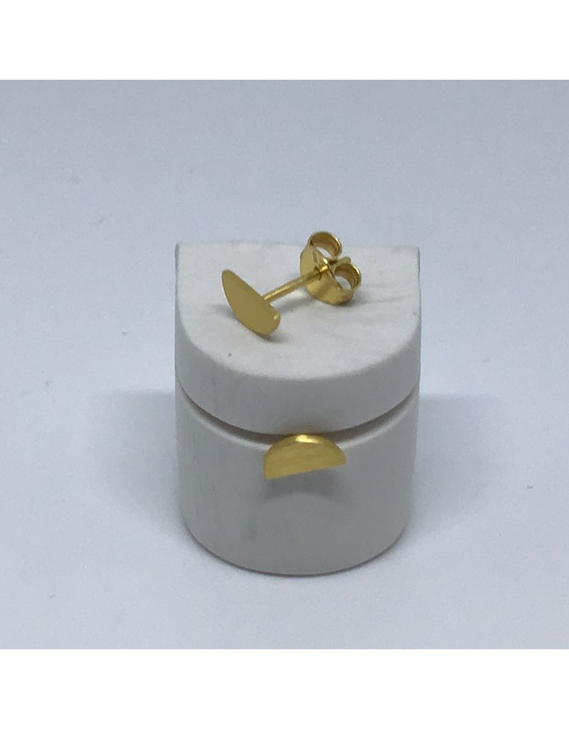 Katwalk Zilver Verguld zilver oorstekers - Mini half maantje - gehamerd