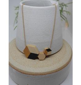lellebel Halsketting -44cm-  hout - 3 x hexagon -goud/zwart