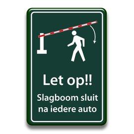Let op slagboom sluit na iedere auto