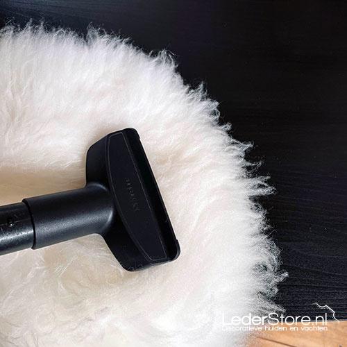 Witte schapenvacht stofzuigen