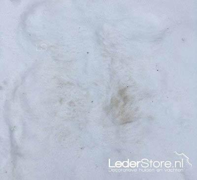 Afdruk vuil schapenvacht in sneeuw