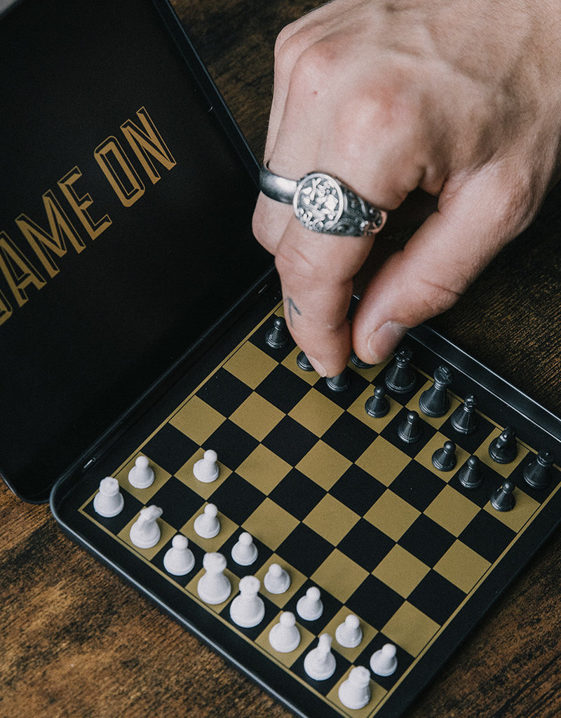 LUCKIES GAME ON MAGNETIC CHESS