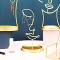 Sass & Belle goudkleurige sieradenstandaard Leila uit de Abstract Faces collectie