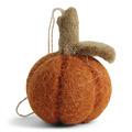 Én Gry & Sif drie handgemaakte vilten oranje Halloween Pompoenen - decoratie hangertjes