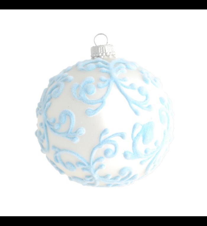 Glazen zilveren kerstbal (mat) met lichtblauw fluweel design 8 cm