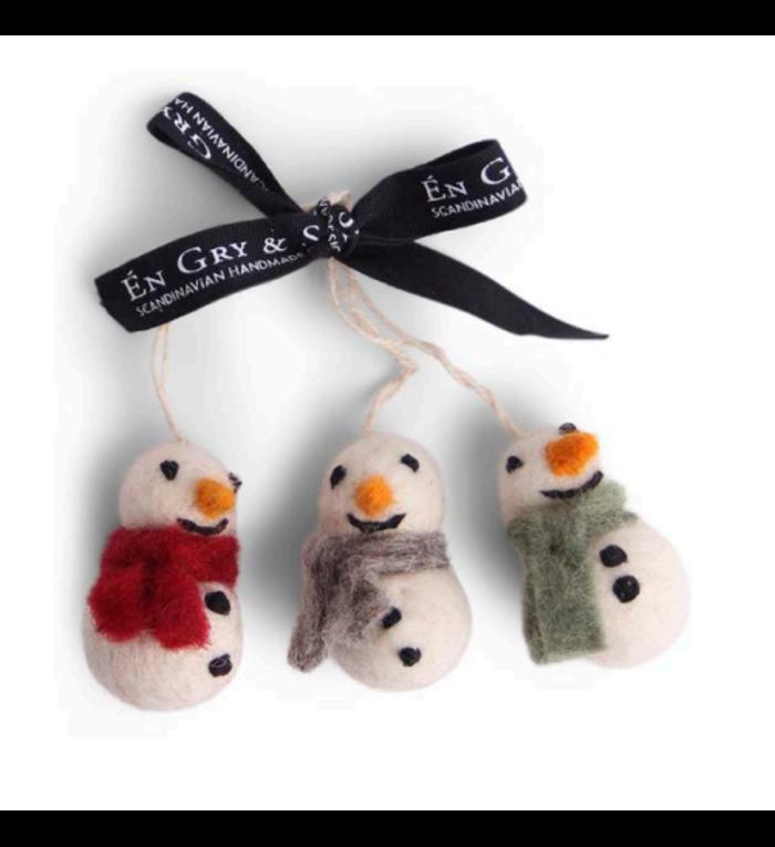 Én Gry & Sif drie handgemaakte vilten sneeuwpopjes met sjaal -  rood, grijs en groen - kerstboom decoratie hangertjes