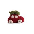 Én Gry & Sif handgemaakte rode vilten kerst auto met kerstboom op het dak - kerstboom decoratie hangertje