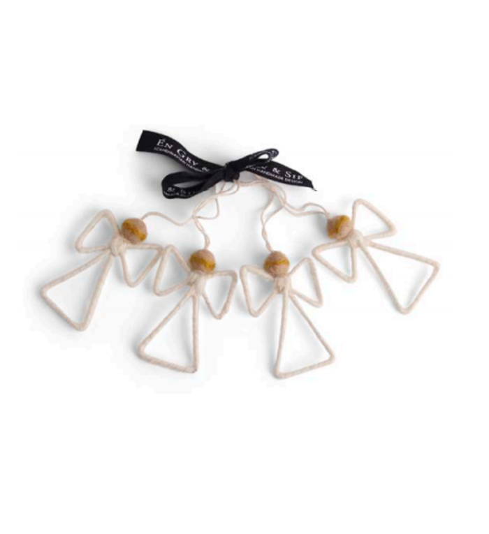 Én Gry & Sif vier handgemaakte vilten witte engeltjes - kerstboom decoratie hangertjes