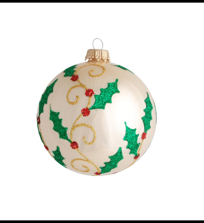 Glazen ivoor kleurige kerstbal met glitter hulstblaadjes 8 cm
