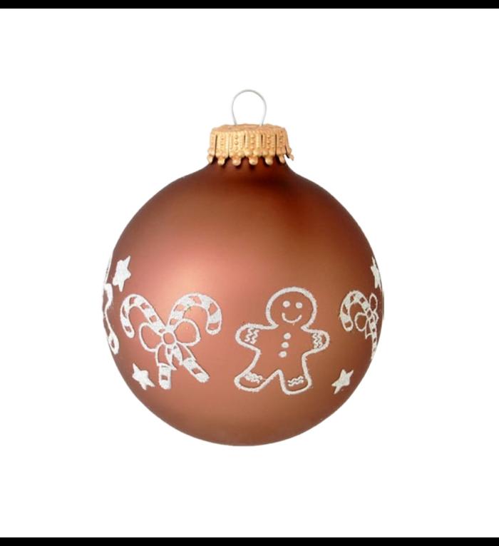 Glazen bruine kerstballen met witte kerstzuurstokken en gingerbread men