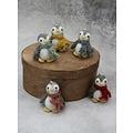 Én Gry & Sif drie handgemaakte vilten mini pinguïns met sjaal -  rood en grijs - kerstboom decoratie hangertjes