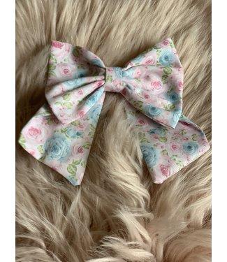 Pukatuka Grote stoffen roze haarspeld met blauw bloemenmotief