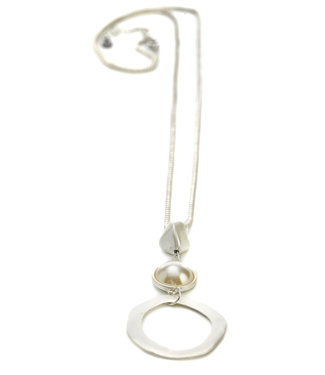 TITTO AXBRIDGE - long metallic necklace w. pendant pearl shell & circle - col. silver