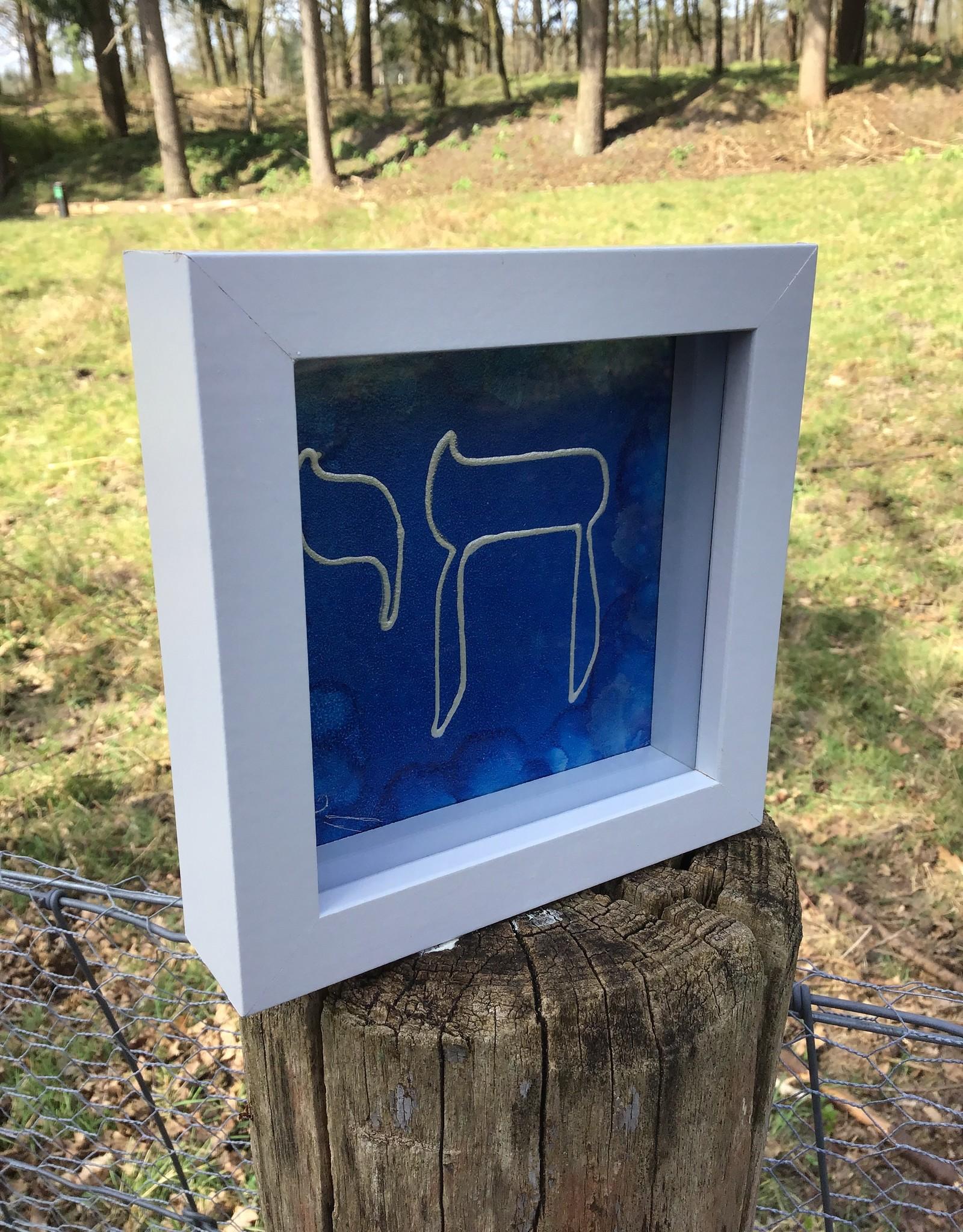 Chai op een kobalt  blauwe achtergrond.