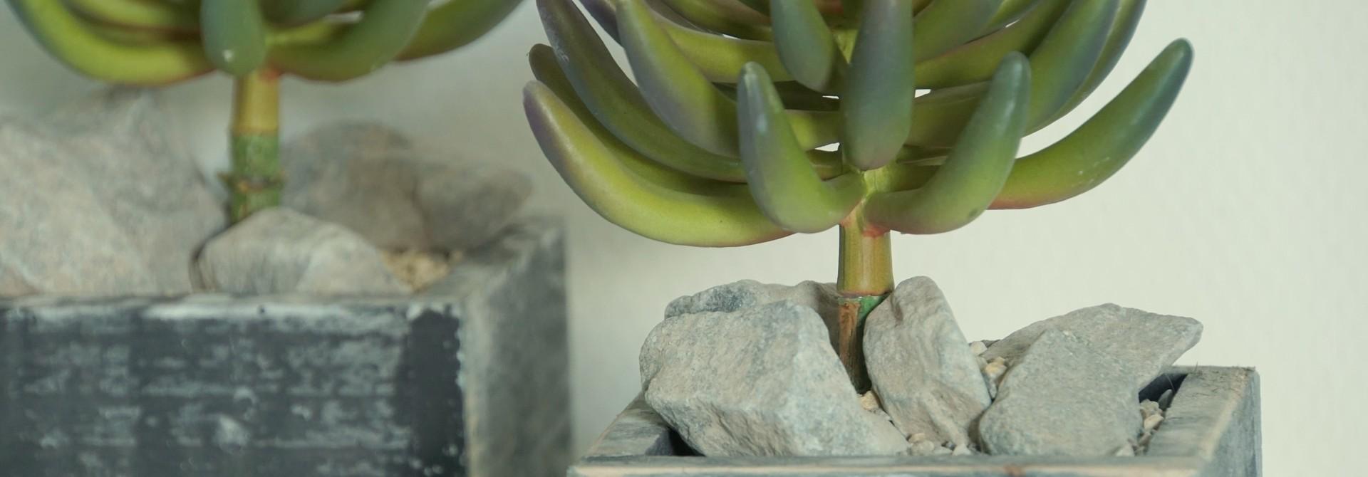 Künstliche Pflantzen in Holztopf