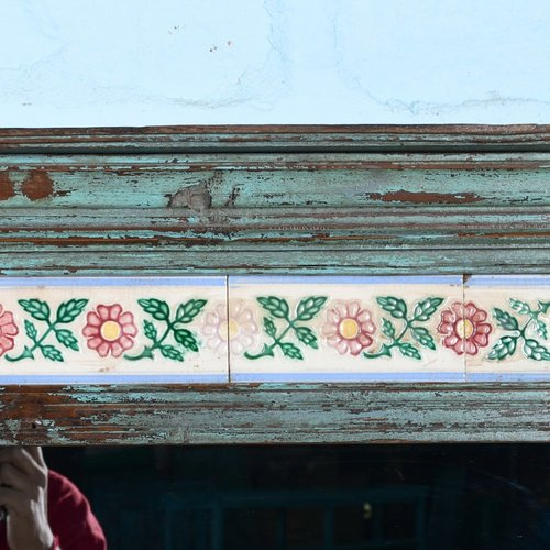 Antieke spiegel grijsblauw tegels