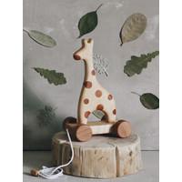 Houten giraffe op wielen