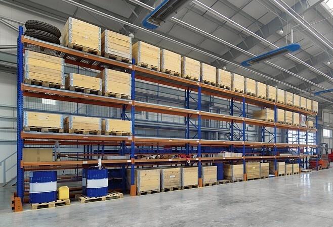 Nadstawki paletowe umożliwiają bezpieczne składowanie w magazynie marketów wielkopowierzchniowych DIY