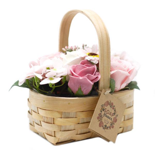 Medium roze zeep boeket in rieten mand