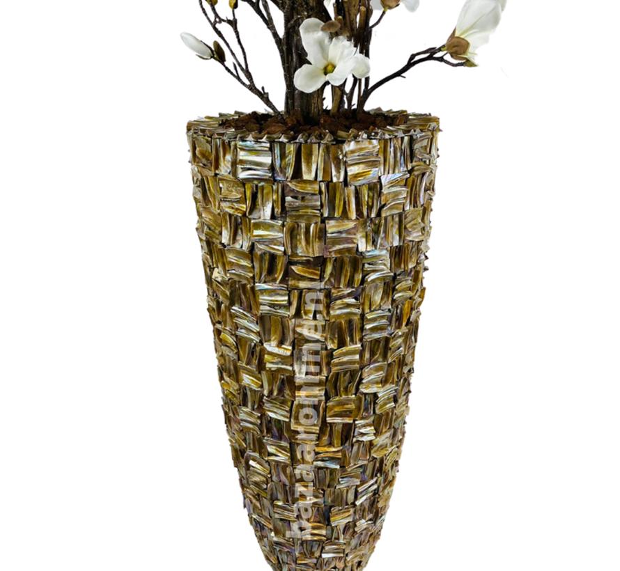 XXL schelpvaas opgemaakt met witte magnolia's struik