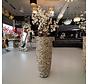 Chrome schelpvaas opgemaakt met witte kunstbloesem struik