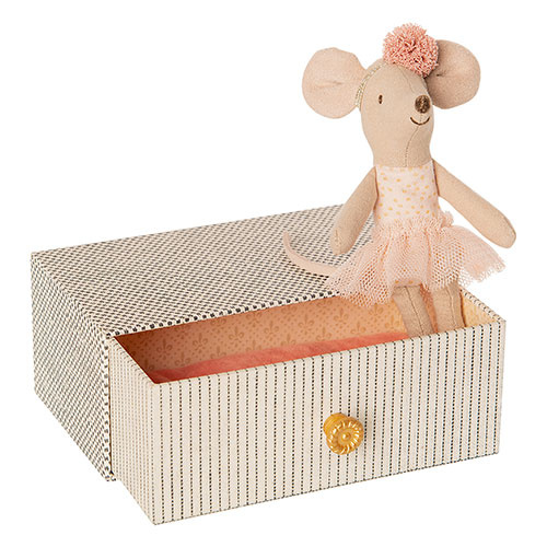 Maileg Dancing mouse in daybed, Little sister (muis)-1