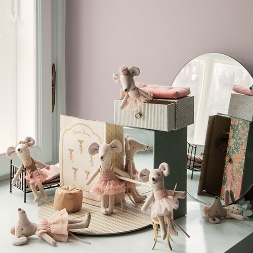 Maileg Dancing mouse in daybed, Little sister (muis)-2