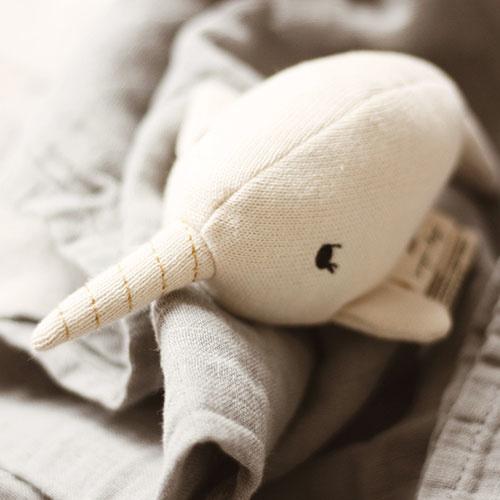 Konges Slojd Mini Nar Whale Rattle Off White (Knuffel Rammelaar)-2