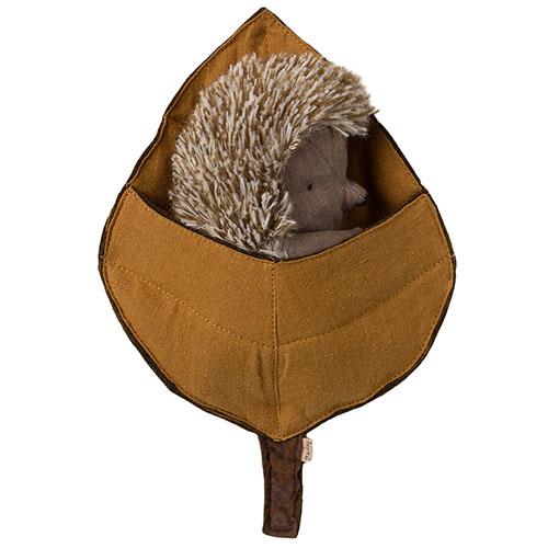 Maileg Hedgehog in leaf (egel)-1