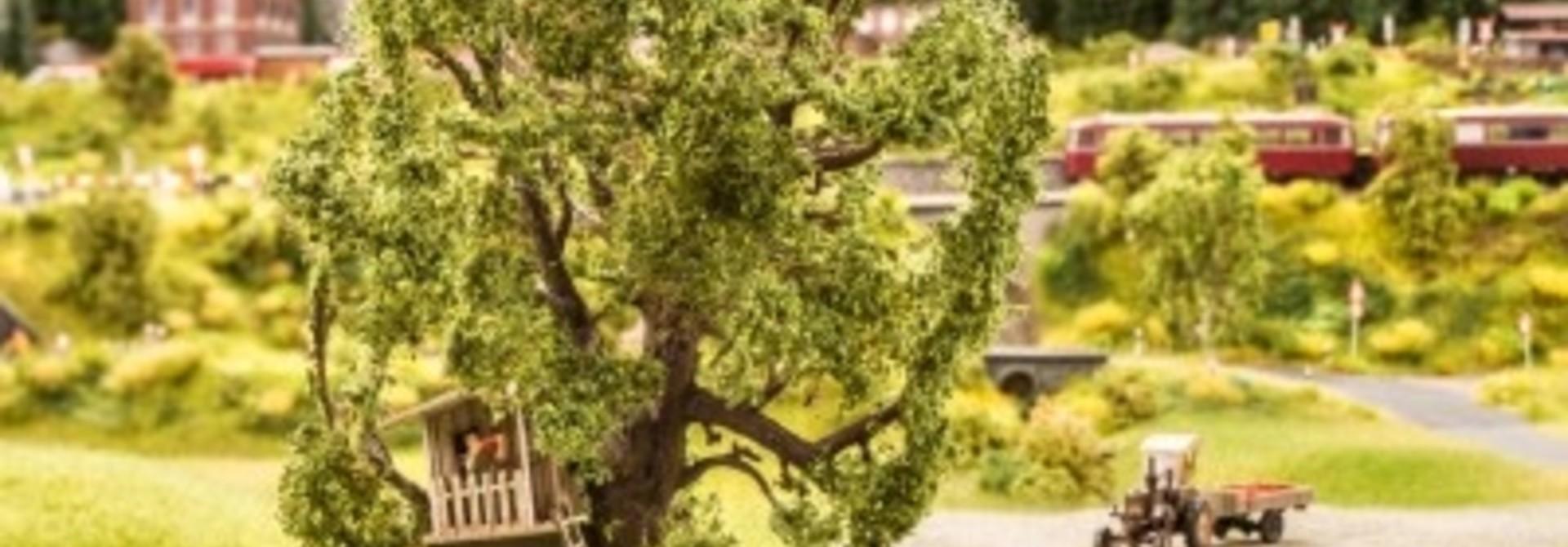 21765  Baum mit Baumhaus