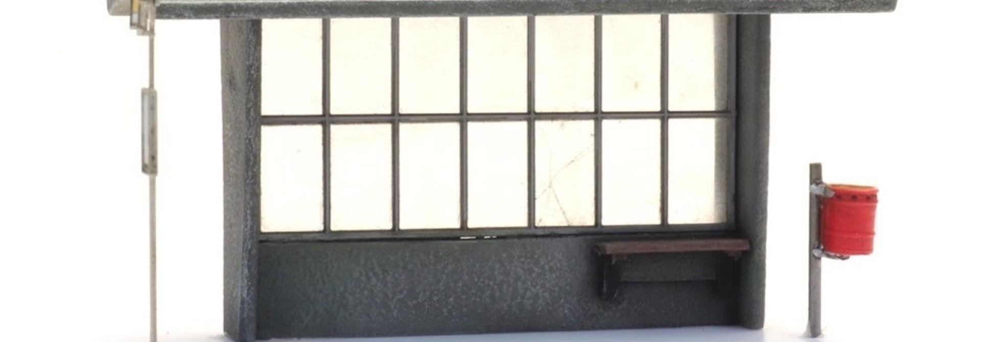 387453 Bushokje beton jaren '60 tot heden met haltebord en vuilnisbak