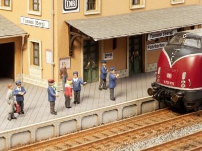 12950         Auf dem Bahnsteig-1