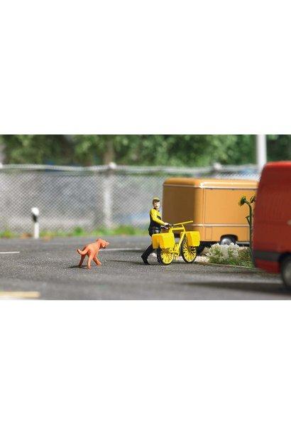 7885 postbezorger op de fiets met hond H0