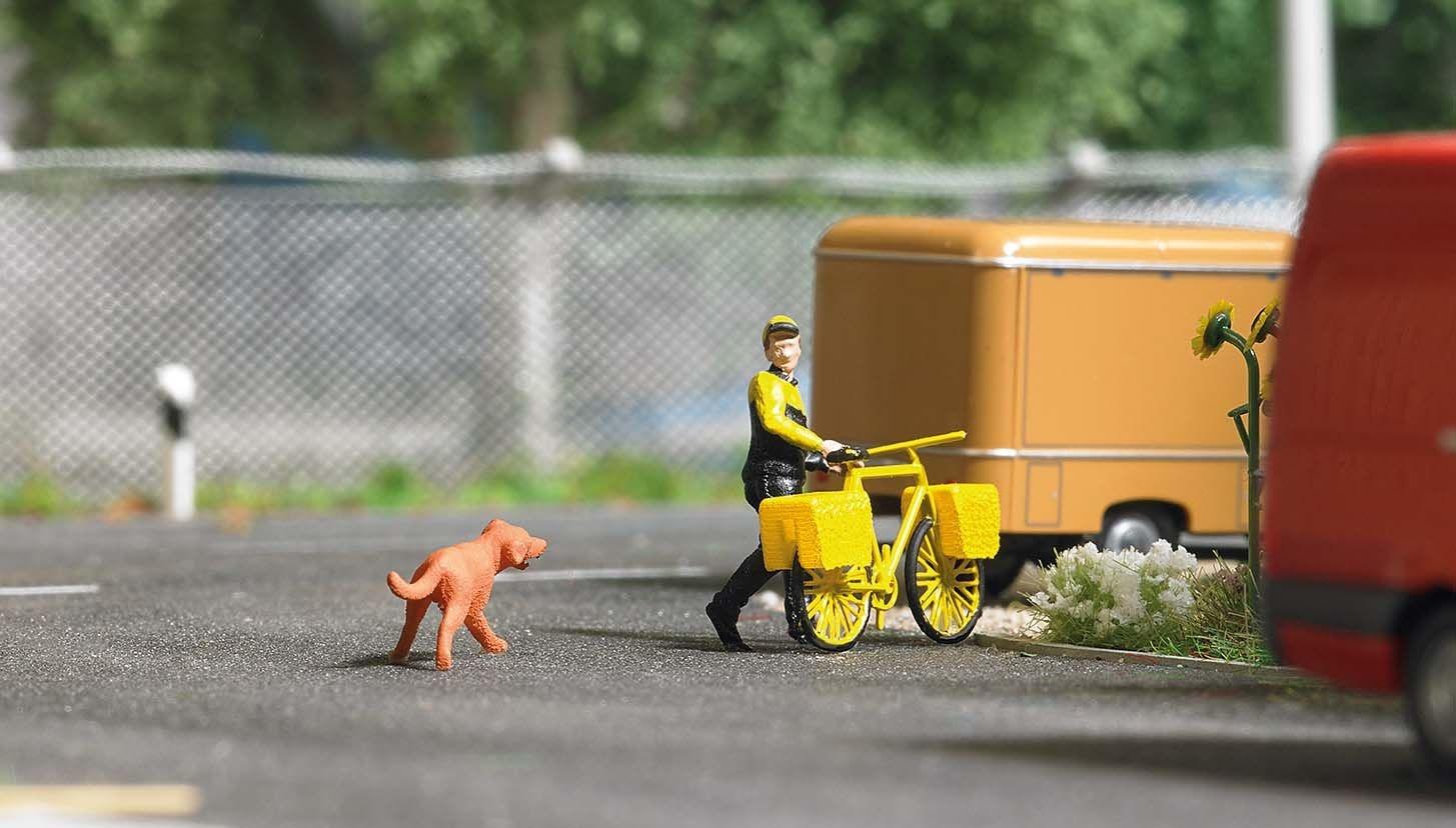 7885 postbezorger op de fiets met hond H0-1