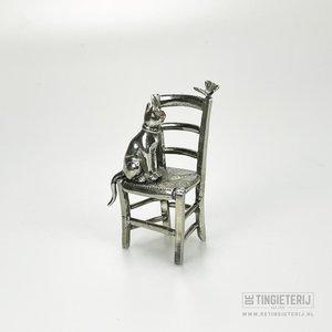 Poes op stoel
