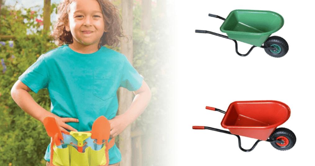 Hulp van de jonge tuinders met kinderkruiwagens