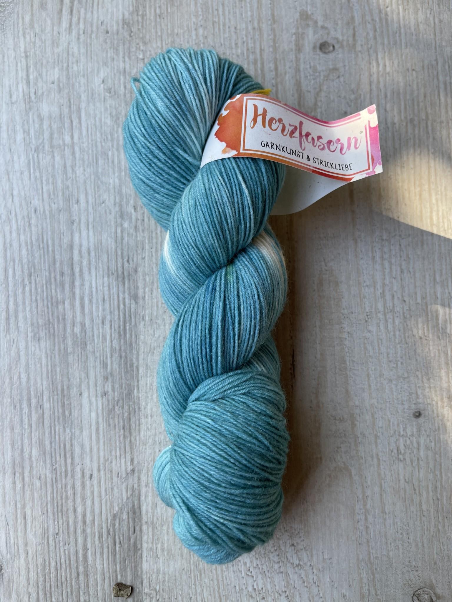 Herzfasern Sockenwolle -Schneefklöckchen türkis