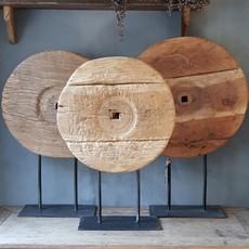 Luksa oud houten wiel op ijzeren standaard