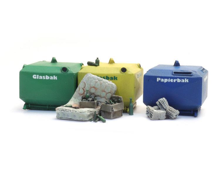 Satz Altglas- und Altpapaiercontainer