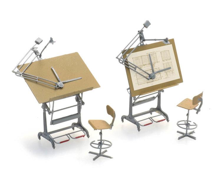 Reißbretten und Stühle (2x)