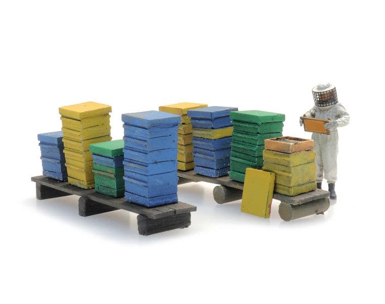Bijenkasten met imker