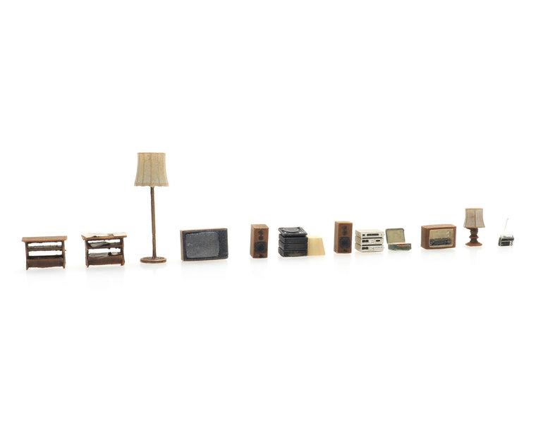 Wohnzimmerausstattung: Lampen, TV, Radio