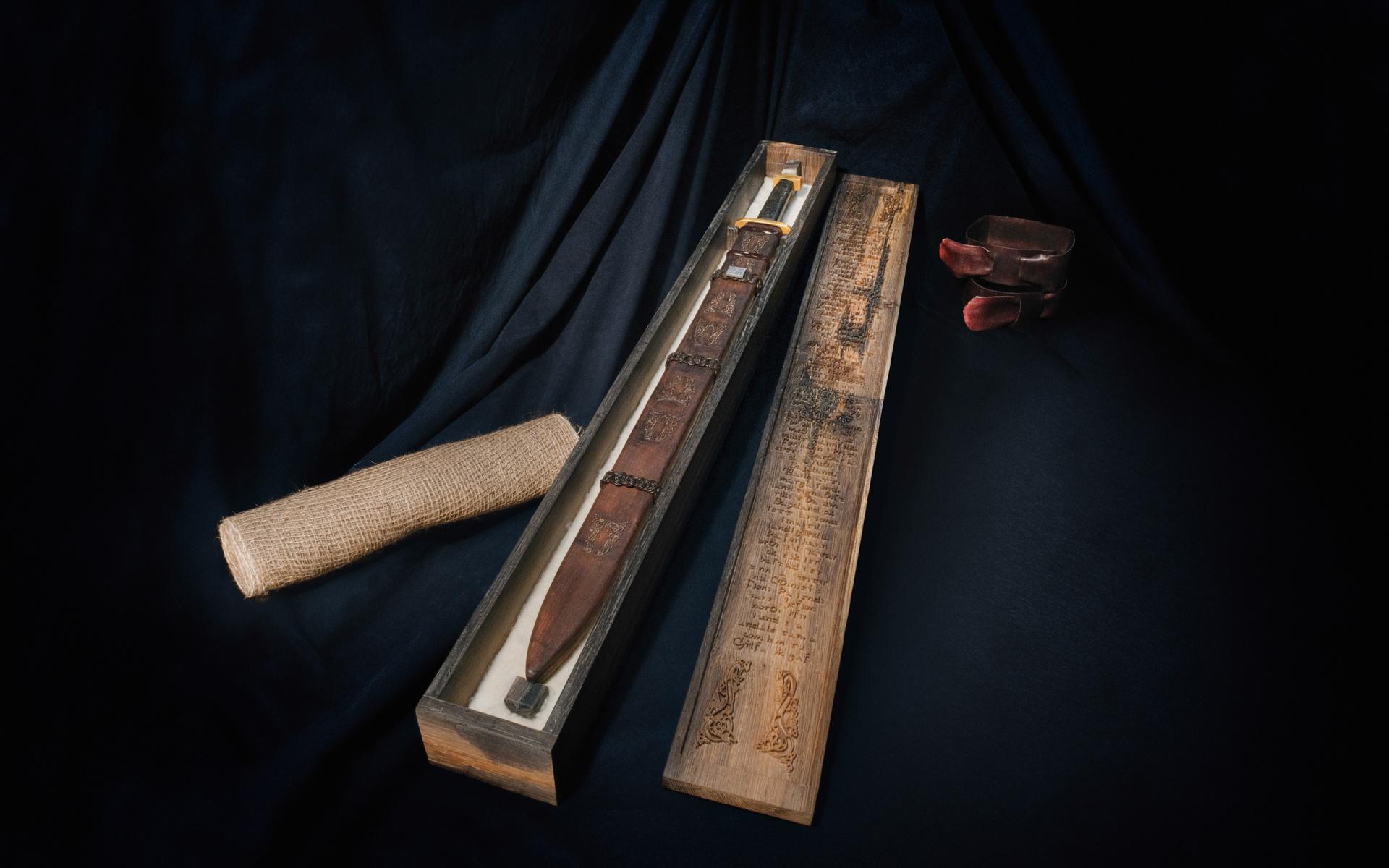 Het zwaard in de kist op een bed van lamsvacht - klik voor de vergroting