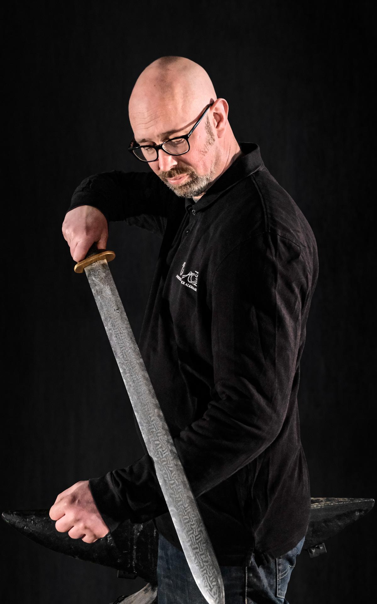 Het zwaard in de hand van Dave van Wijngaarden - klik voor vergroting