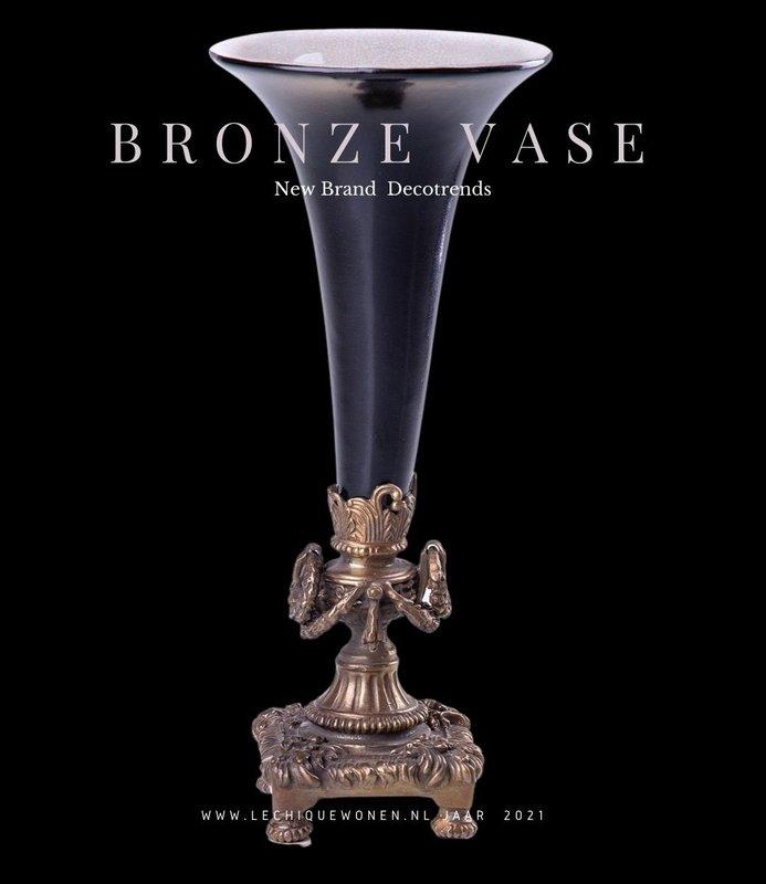 Decotrends  Porselein met bronzen vaas / kandelaar