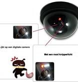 Banzaa Premium 1x Dummy LED Beveiligingscamera met Bewegingssensor – 12x8cm – Zwart – 1 Stuks   Draadloze Nepcamera Met Rode Led op Batterijen   Knipperende Camera Beveiliging Voor Binnen en Buiten   Buitencamera   CCTV Dome Bewakingscamera