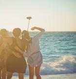Banzaa Zwarte Bekabelde Selfie Stick met Sluiterknop - Direct Klaar voor Gebruik - Werkt zonder Bluetooth   Geschikt voor alle Iphones en Galaxy S3 en Hoger