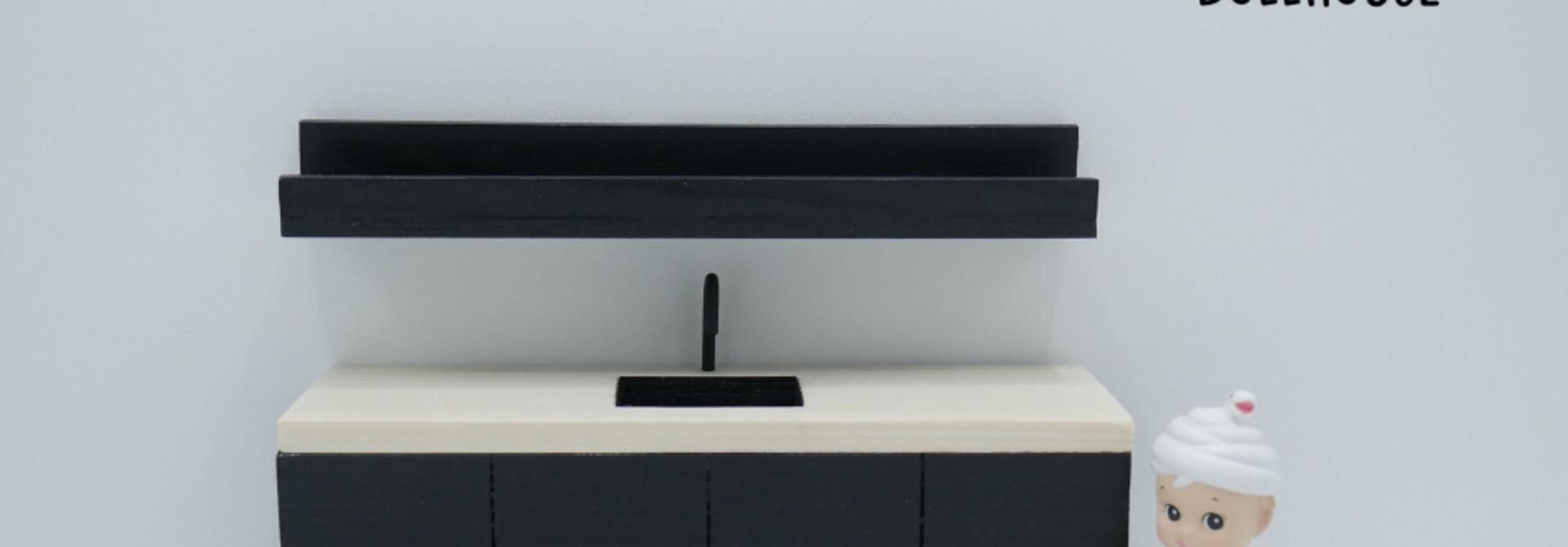 Zwarte keuken met houten werkblad