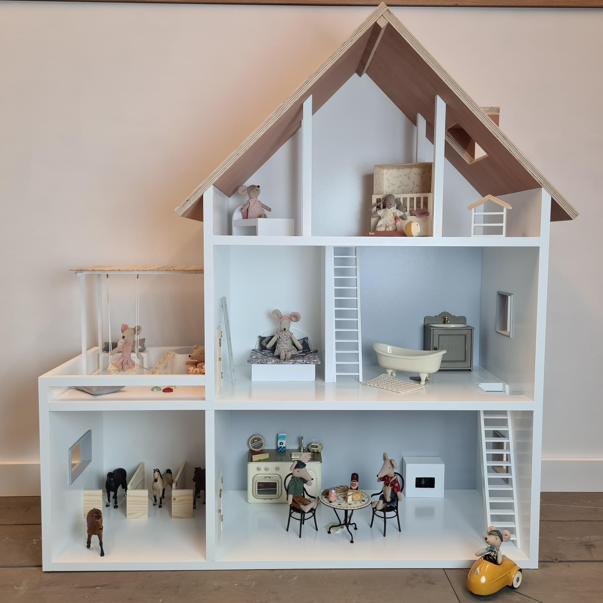 Poppenhuis met aanbouw met veranda en paarden stalletjes-10