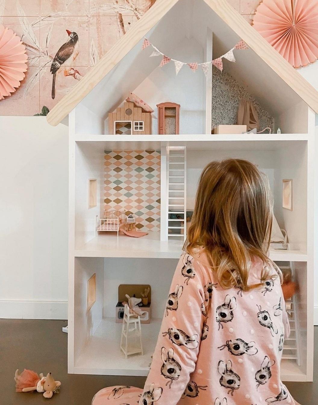 Maatwerk Laura poppenhuis met ramen, trappen en daklijst-1